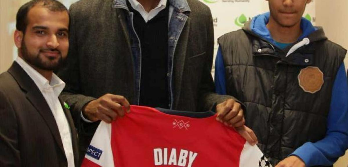 From left: Mr Sultan Ahmed Muslim Aid Fundraising Officer, Mr Abou Diaby, Highest Bidder of the signed shirt