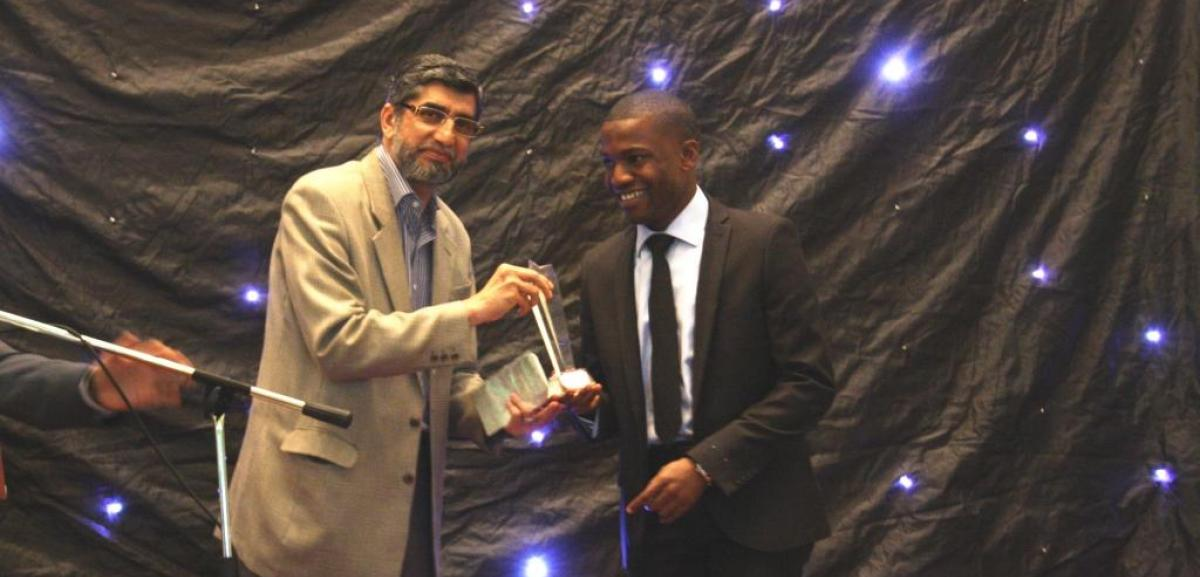 "Mr Abu Akeem receiving ""Volunteer of the Year"" award from Sir Iqbal Sacranie, Chairman of Muslim Aid."