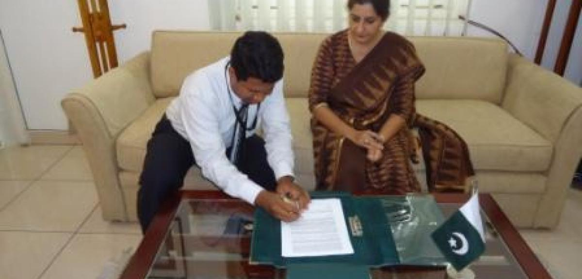 Her Excellency Seema Ilahi Baloch, the High Commissioner for Pakistan to Sri Lanka and the Country Director for Muslim Aid Sri Lanka Faizer Khan signing MoU